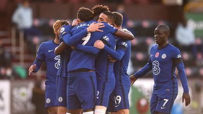 Chelseas Hakim Ziyech (M) feiert mit seinen Mannschaftskameraden sein Tor zur 1:0-Führung.