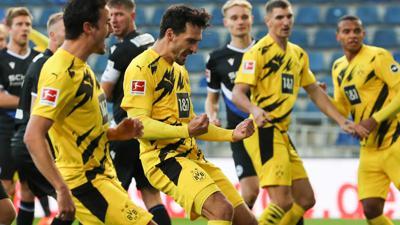 Dortmunds Doppel-Torschütze Mats Hummels (M) feiert den ersten seiner beiden Treffer gegen Arminia Bielefeld.