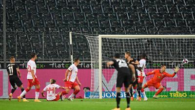 Mönchengladbachs Hannes Wolf (l) erzielt das 1:0 gegen Leipzigs Torwart Peter Gulacsi.