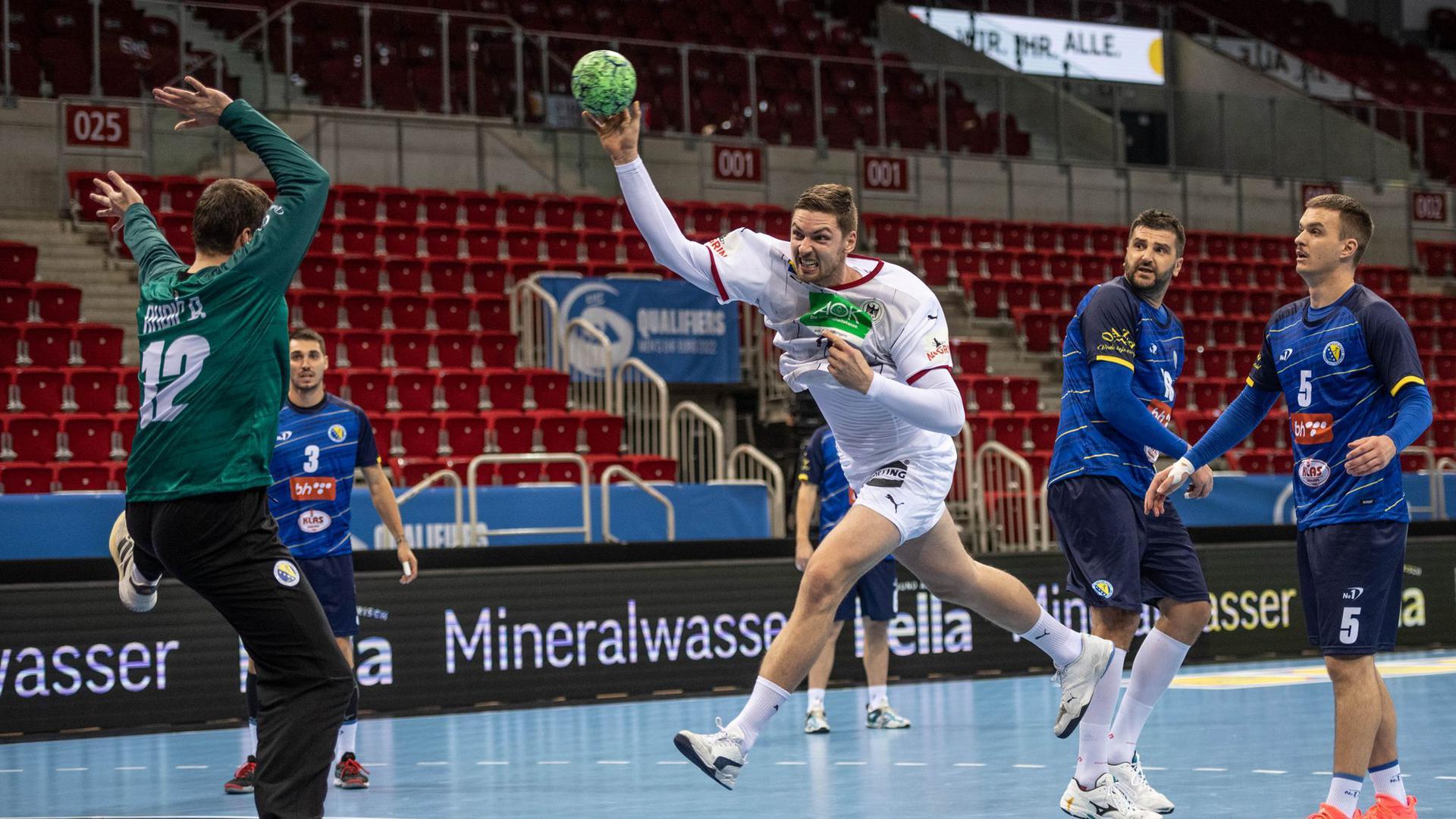 Deutschlands Hendrik Pekeler (M) erzielt gegen Torwart Benjamin Buric von Bosnien-Herzegowina ein Tor.