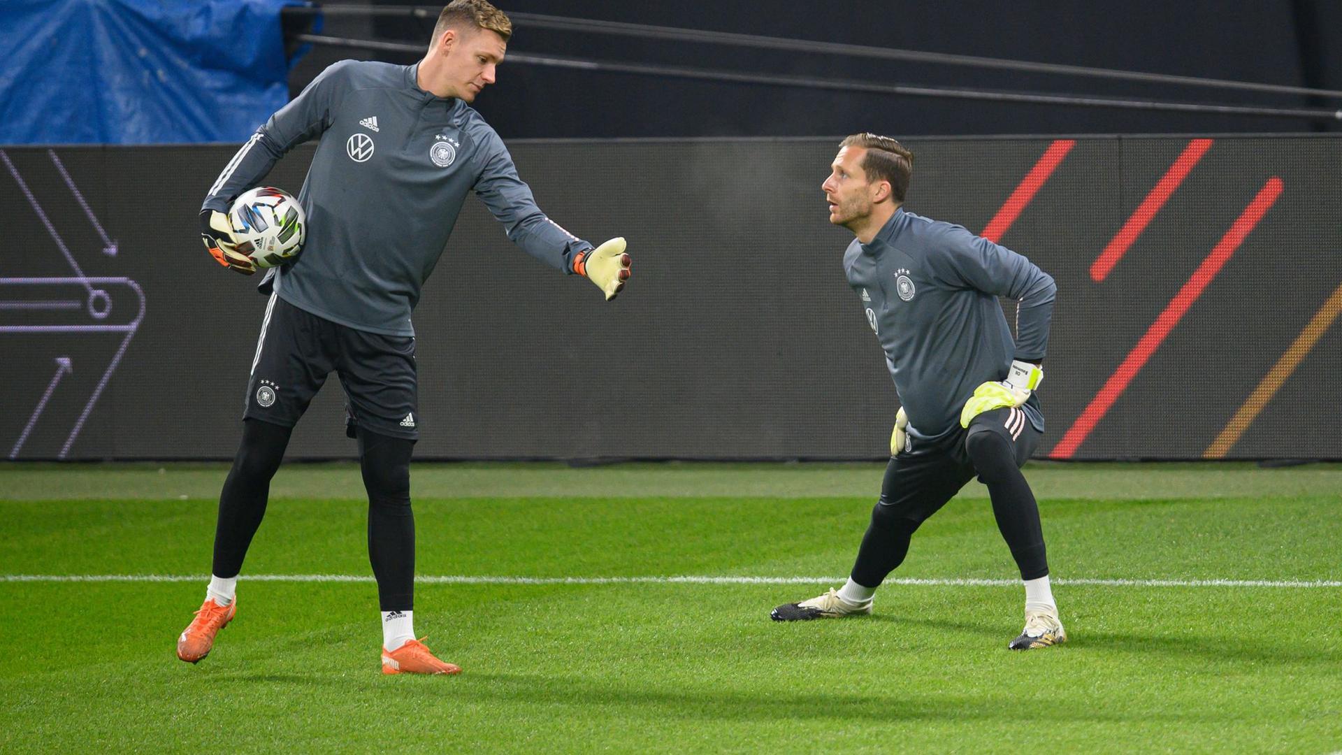 Die Torhüter Bernd Leno (l) und Oliver Baumann erwärmen sich.