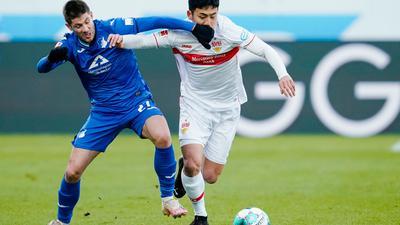 Der Hoffenheimer Andrej Kramaric (l) im Zweikampf mit VfB-Profi Wataru Endo.