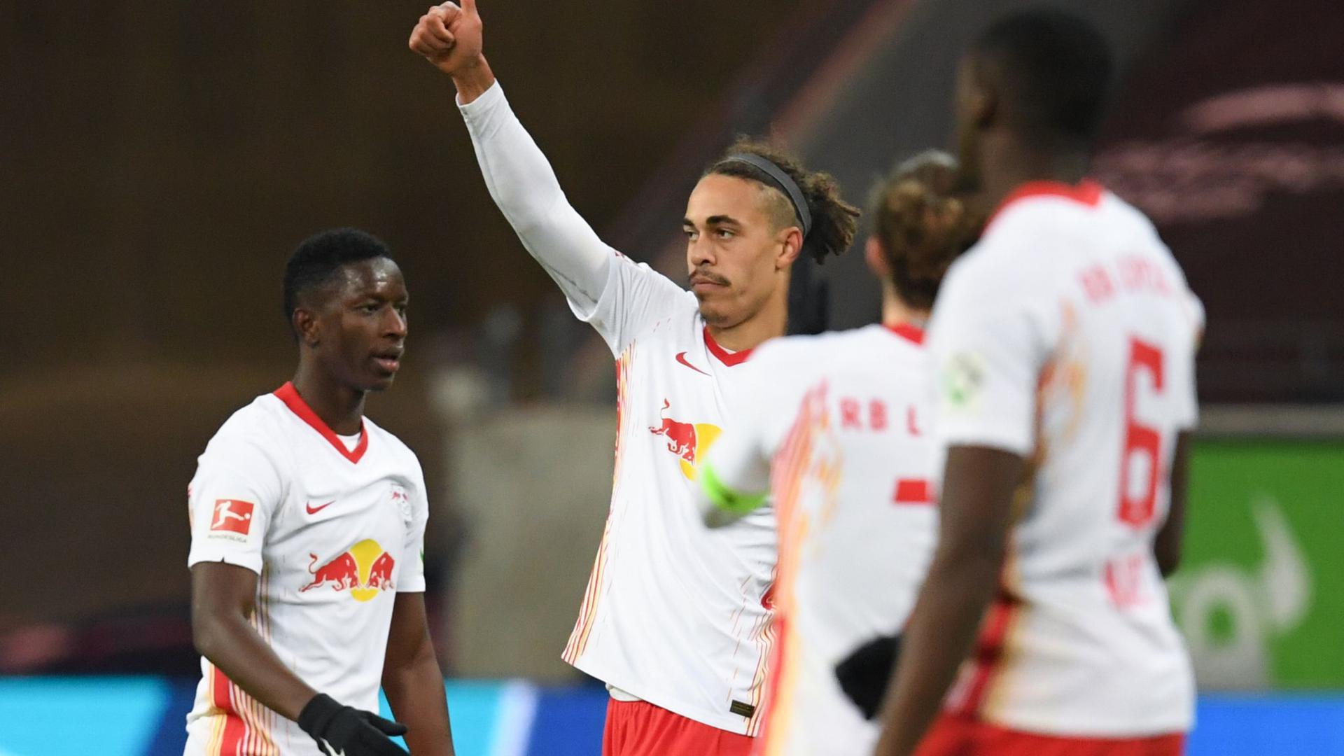 Leipzigs Yussuf Poulsen (2.v.l.) jubelt nach seinem Tor zum 1:1 mit Amadou Haidara (l-r), Marcel Sabitzer und Ibrahima Konate.