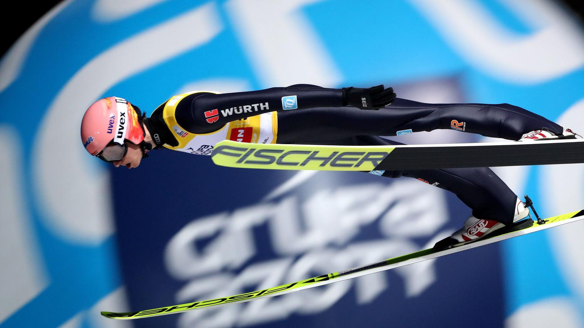 Im Skisprung-Weltcup schauen alle gespannt auf das erste Einzel-Springen: Karl Geiger aus Deutschland in Aktion.