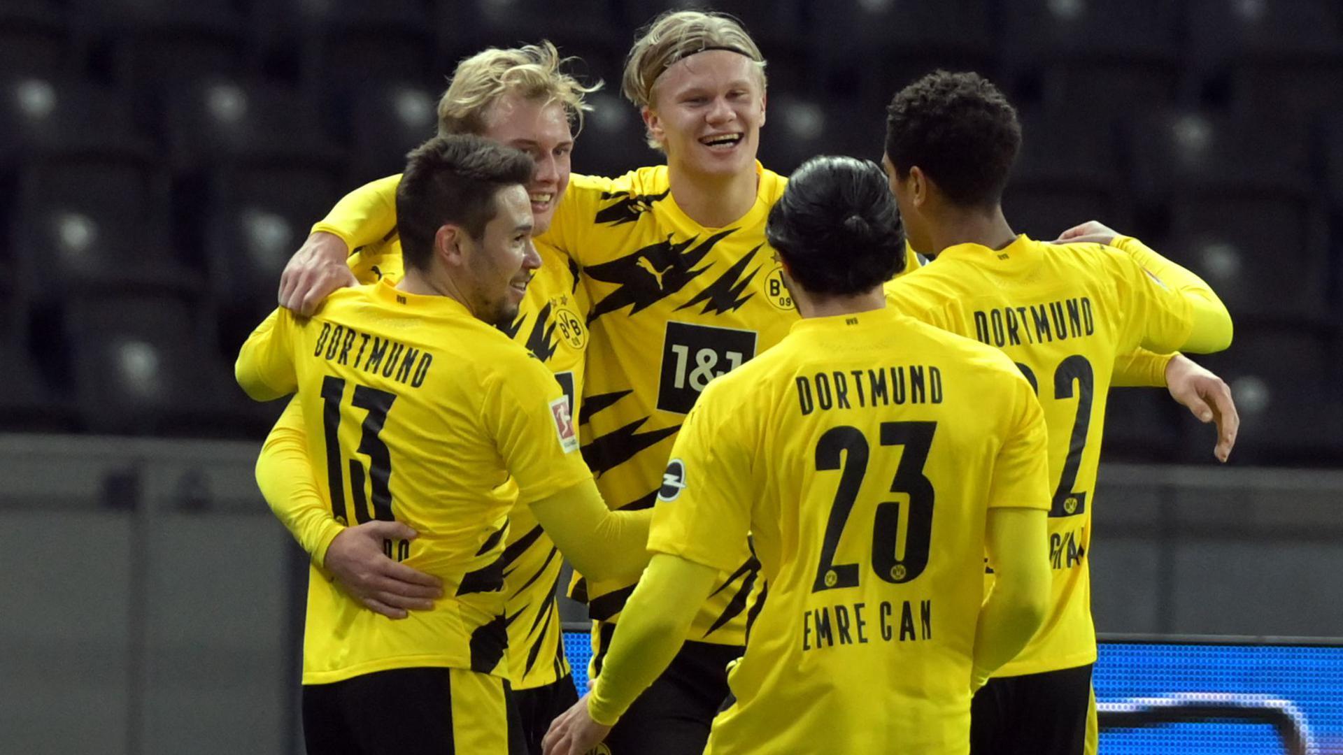 Erling Haaland (M) jubelt nach seinem Treffer zum 3:1 mit seinem Team.