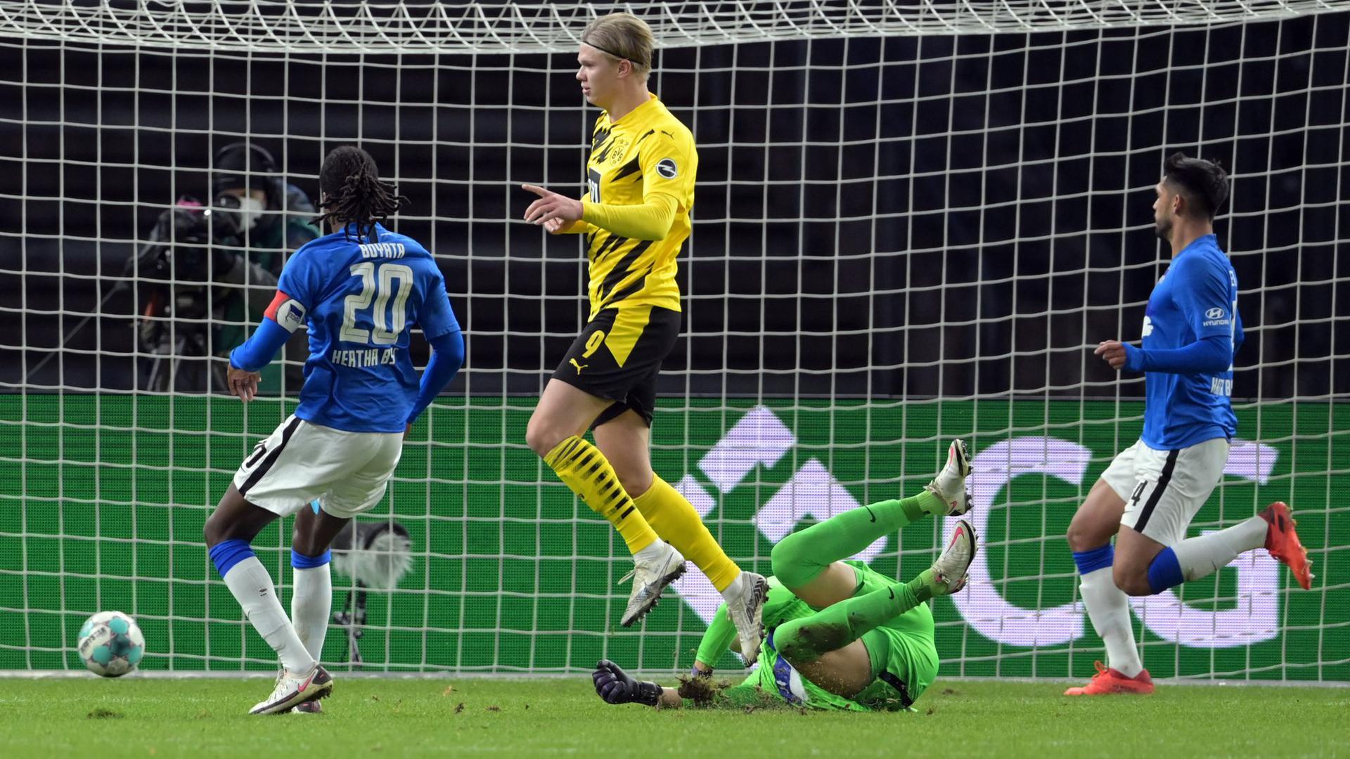 Erling Haaland (M), Spieler bei Borussia Dortmund, schießt das 3:1.