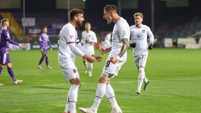 Nürnbergs Torschütze Manuel Schäffler (r) feiert seinen Treffer zur 1:0-Führung mit Enrico Valentini.