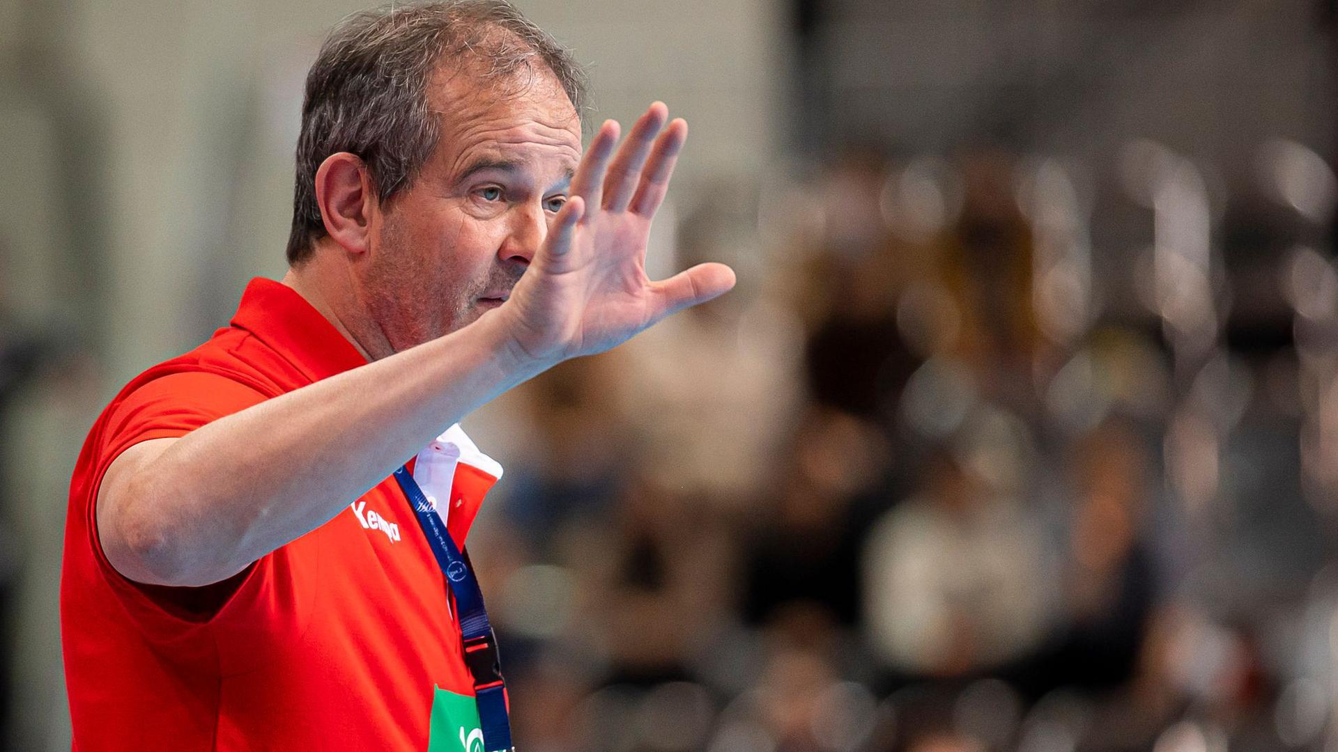 Deutschlands Handballerinnen müssen weiter auf Bundestrainer Henk Groener verzichten.