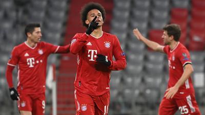 Leroy Sané (M) feiert sein Tor zum 3:0 für den FC Bayern, während hinter ihm Robert Lewandowski (l) und Thomas Müller abklatschen.