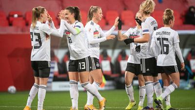 Die DFB-Frauen jubeln nach dem 2:0 durch Laura Freigang (l).