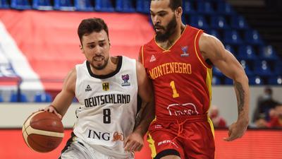 Deutschlands Ismet Akpinar (l) im Duell mit Justin Cobbs aus Montenegro.
