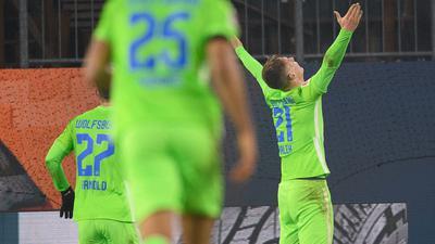 Wolfsburgs Bartosz Bialek jubelt nach seinem Tor zum 5:3. Seine Teamkollegen rennen zu ihm.