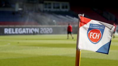 Auf einer Eckfahne ist das Vereinslogo vom 1. FC Heidenheim zu sehen.
