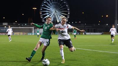 Sydney Lohmann (r) und Irlands Heather Payne kämpfen um den Ball.