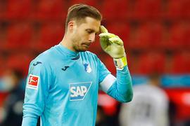 Hoffenheims Torhüter Oliver Baumann fasst sich an die Stirn.