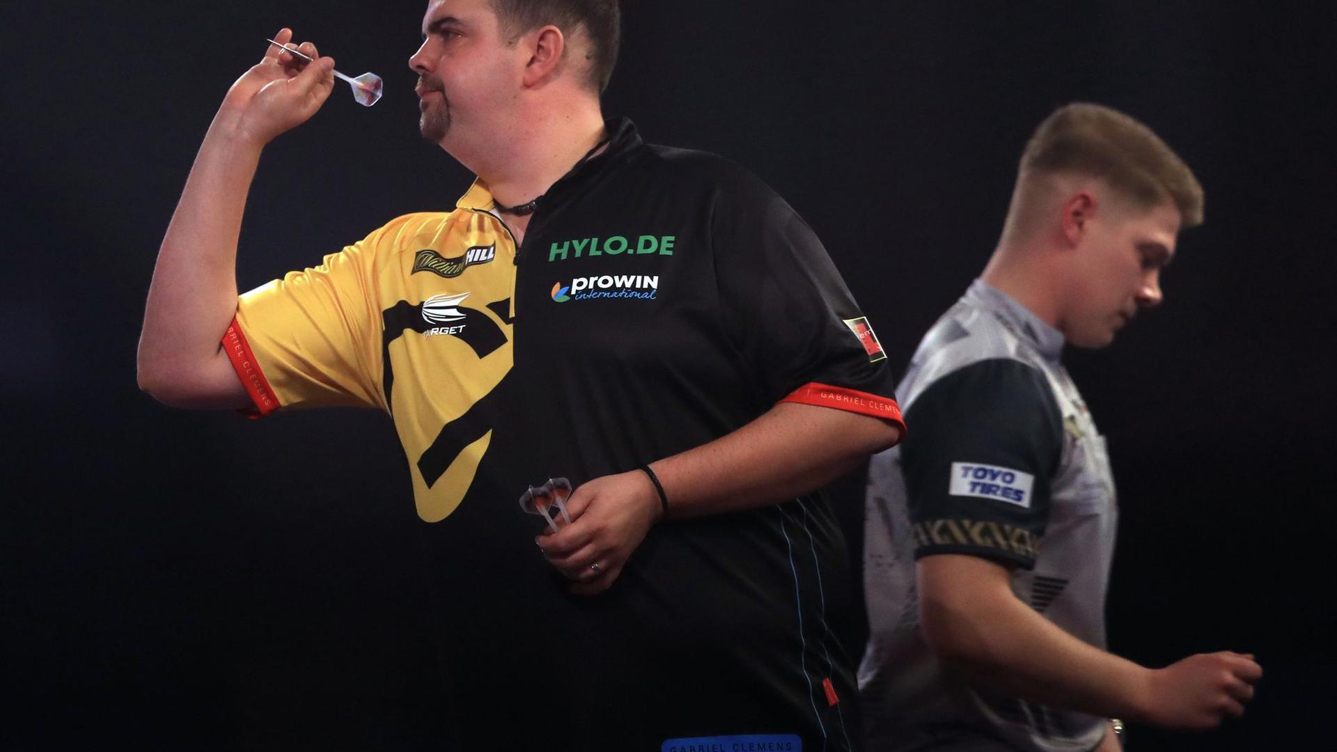 Gabriel Clemens (l) hat das erste deutsche Duell in der Geschichte der Darts-WM gegen Nico Kurz (r) mit 3:1 für sich entscheiden können.