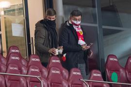 Thomas Hitzlsperger (l) und Claus Vogt schauten sich das Spiel des VfB Stuttgart gemeinsam an.