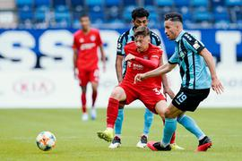 Mohamed Gouaida (v.l.), Münchens Angelo Stiller und Mounir Bouziane kämpfen um den Ball.