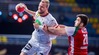 Julius Kühn (l) setzt sich am Wurfkreis gegen den Ungarn Miklos Rosta in Szene.