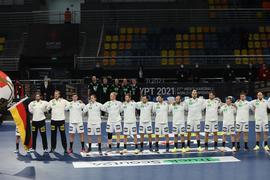 Gegen Spanien muss ein Sieg her, soll das Viertelfinale nicht in weite Ferne rücken: Die deutschen Spieler bei der Nationalhymne.