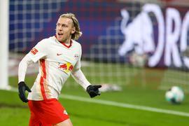 Der Leipziger Torschütze Emil Forsberg lässt sich nach seinem Treffer zum 1:0 feiern.