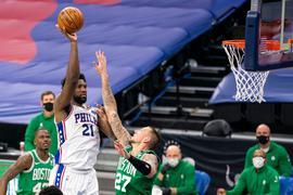 Konnte die Niederlage der Celtics nicht verhindern:Bostons Daniel Theis (r) gegen Joel Embiid von den Philadelphia 76ers.