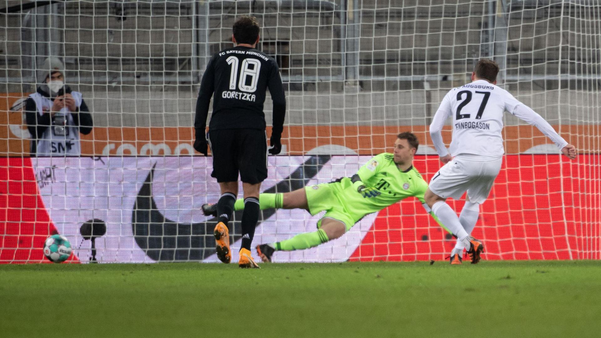 Der Pfosten rettete Keeper Manuel Neuer (M) und dem FCBayern drei Punkte in Augsburg.