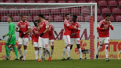 Die Mainzer feiern das Tor zum zwischenzeitlichen 2:2.