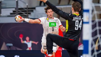 Uwe Gensheimer (l) kam mit Deutschlands Handballern nicht über ein Remis gegen Polen hinaus.