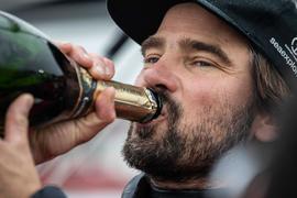 Weltumsegler Boris Herrmann gönnte sich nach seiner Ankunft in Les Sables d'Olonne einen Schluck Champagner.