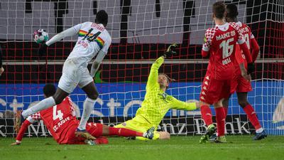 Stuttgarts Silas Wamangituka (l) erzielt das Tor zum 2:0 gegen den Mainzer Torwart Robin Zentner (r).