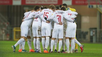 Holstein Kiel hat gute Aussichten das Viertelfinale im DFB-Pokal zu erreichen: Die Spieler stimmen sich ein.