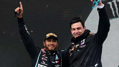 Arbeiten weiter in der Formel 1 zusammen: Lewis Hamilton (l) und Toto Wolff, Motorsportchef vom Team Mercedes.