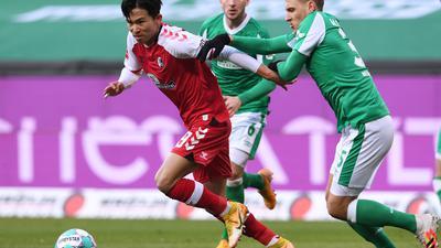 Freiburgs Woo-Yeong Jeong (l) und Bremens Maximilian Eggestein teilten sich mit ihren Teams die Punkte.