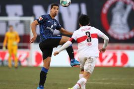 Hertha-Neuzugang Sami Khedira (l) konnte mit Berlin einen Punkt seinem Ex-Club VfB Stuttgart mitnehmen.