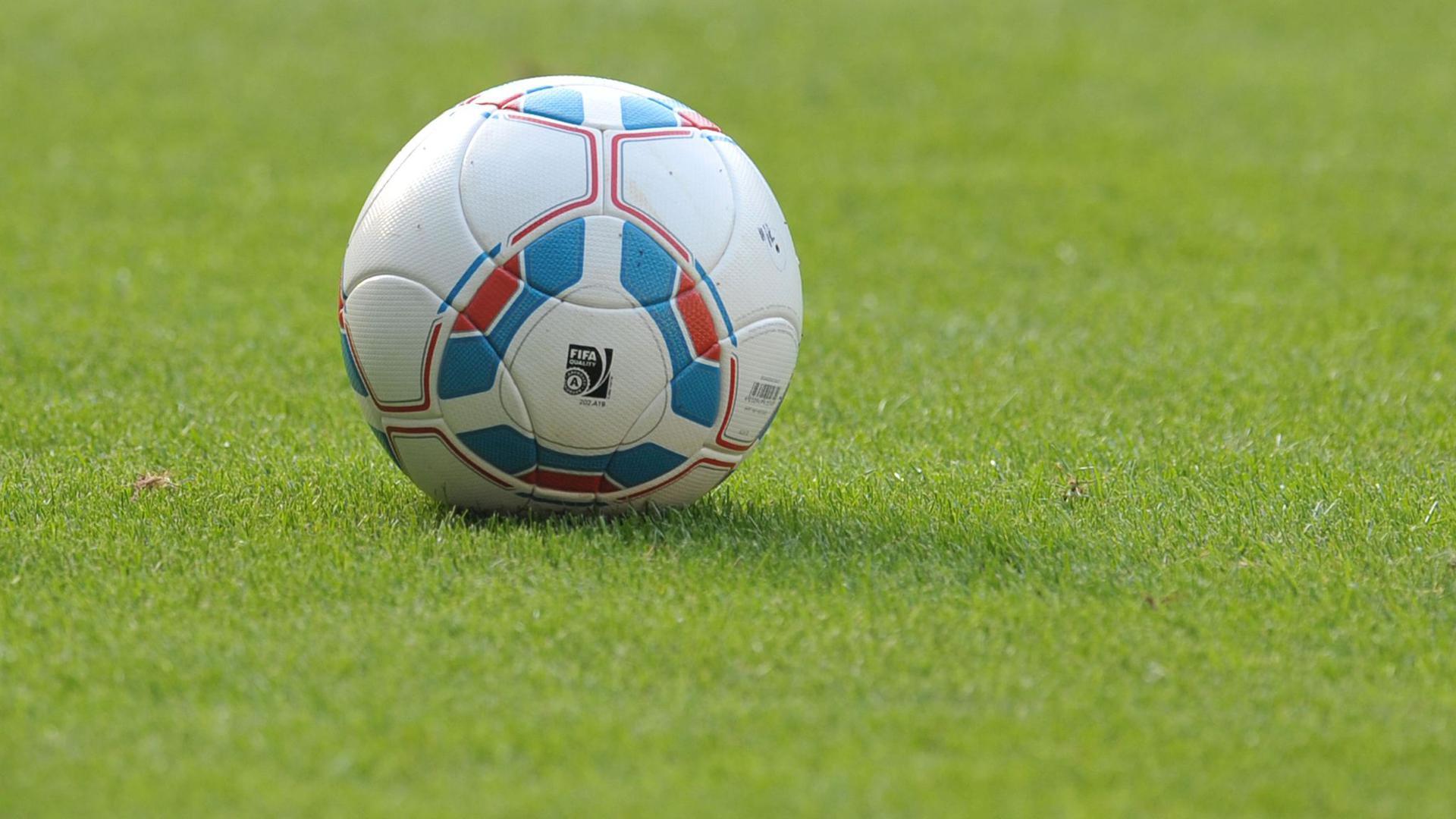 EinFußball liegt auf dem Spielfeld.