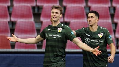 Stuttgarts Torschütze Sasa Kalajdzic (l) jubelt mit Mannschaftskamerad Marc Oliver Kempf über seinen Treffer.