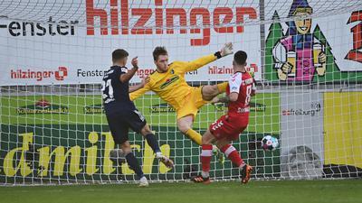 Unions Grischa Prömel (l) macht das Tor zum 0:1 - Freiburgs Torwart Florian Müller (M) kann den Ball nicht parieren.