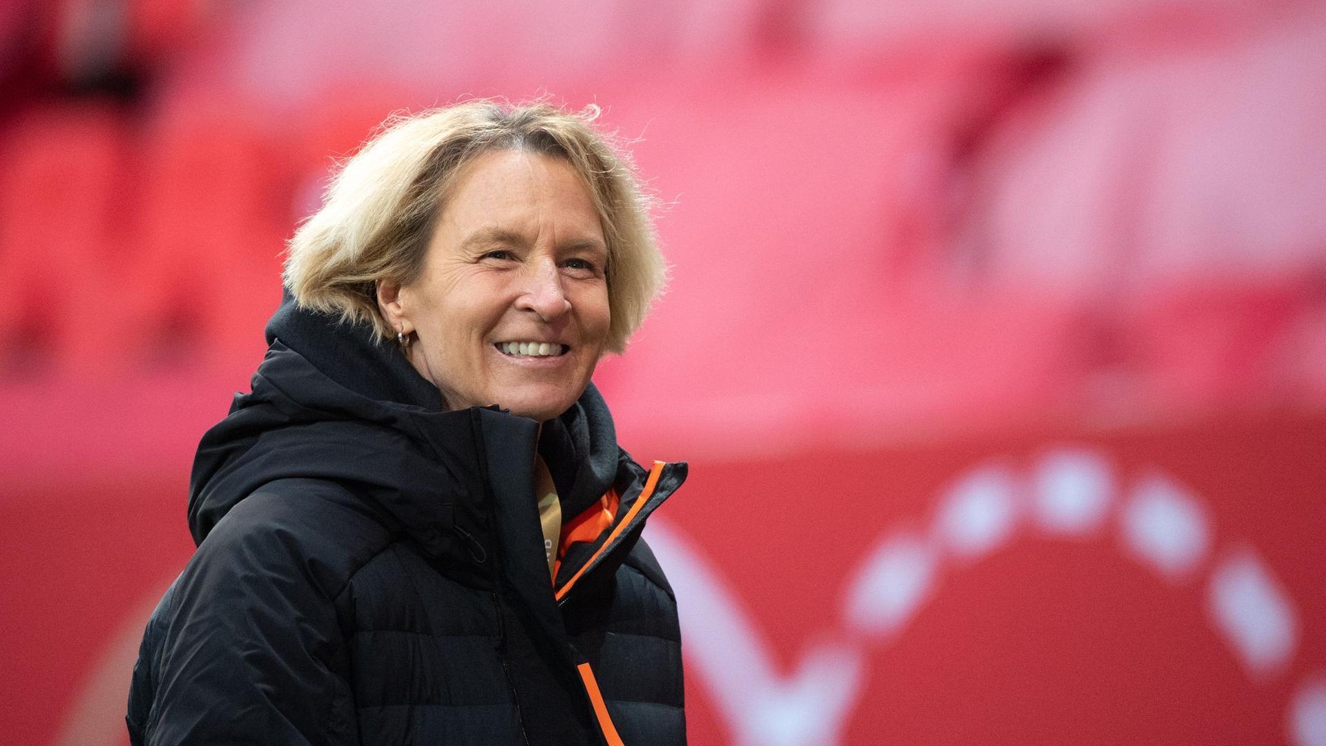 Muss vor dem Spiel gegen die Niederlande Ausfälle im Team kompensieren: Bundestrainerin Martina Voss-Tecklenburg.
