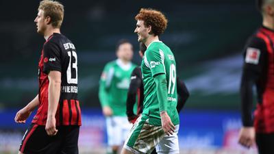 Nach seinem Treffer zeigt Joshua Sargent (M) von Werder Bremen ein breites Grinsen.