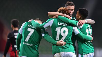 Die Spieler von Werder Bremen feiern den Sieg über Eintracht Frankfurt.