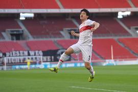 Stuttgarts Doppeltorschütze Wataru Endo jubelt nach seinem zweiten Tor für sein Team.