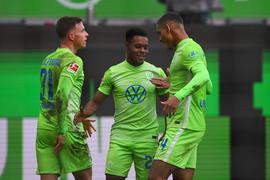 Wolfsburgs Yannick Gerhardt (l-r), Ridle Baku und Maxence Lacroix jubeln nach dem 1:0 ihrer Mannschaft.