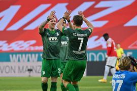 Augsburgs Andre Hahn (l) bejubelt sein Tor mit Mannschaftskamerad Florian Niederlechner.