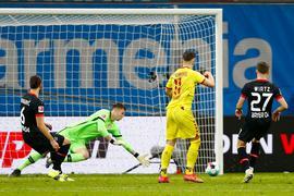 Freiburgs Ermedin Demirovic (2.vr) erzielt das Tor zum 1:0 gegen Leverkusens Torwart Lennart Grill.