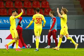 Freiburgs Spieler Lucas Höler (r) bejubelt sein Tor mit Vincenzo Grifo (l) und Christian Günter.