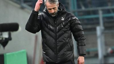 Mönchengladbachs Trainer Marco Rose fasst sich an den Kopf - seit Wochen gelingt dem Team kein Sieg mehr.