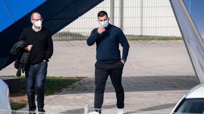 Dienstbeginn:Dimitrios Grammozis (r) hat seine Arbeit als neue Schalke-Coach aufgenommen.