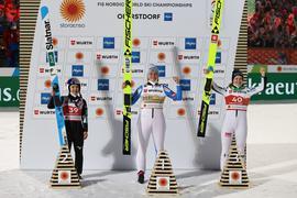 Die Norwegerin Maren Lundby (M) siegte auf der Großschanze vor der Japanerin Sara Takanschi (l) und Nika Kriznar aus Slowenien.