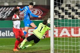 Janni Serra (M) von Holstein Kiel erzielt gegen die Essener Daniel Heber (l) und Torwart Daniel Davari das Tor zur 2:0-Führung.